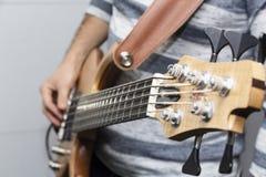 Zbliżenie fotografia basowej gitary gracza ręki, miękka selekcyjna ostrość, muzyka na żywo temat Fotografia Royalty Free
