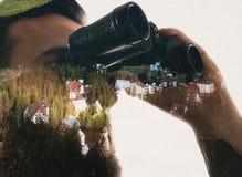 Zbliżenie fotografia elegancki brodaty podróżnik gapi się przez lornetek Obrazy Stock