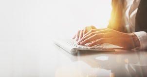 Zbliżenie fotografia kobieta wręcza pisać na maszynie tekst na bezprzewodowej klawiaturze Wizualni skutki, biały tło Obrazy Stock
