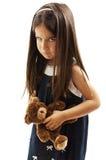 Zbliżenie fotografia mała dziewczynka pokazuje jej pobrużdżoną brew marszczy brwi i denerwujący obraz stock