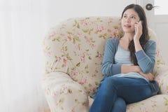 Zbliżenie fotografia piękny kobiety obsiadanie na kanapie Obraz Stock