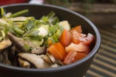 Zbliżenie fotografia potrącenie z pomidorem, plasterki shiitake i szczypiorki, fotografia stock