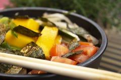 Zbliżenie fotografia potrącenie z pomidorem, plasterki shiitake i szczypiorki, obrazy royalty free
