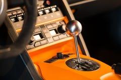 Zbliżenie fotografia sportowego samochodu 6 prędkości manuału gearstick Obrazy Stock