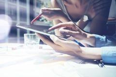 Zbliżenie fotografii dziewczyny macania ekranu Cyfrowego pastylki ręka Projektów producenci Bada proces Młody Biznesowy załoga dz Obrazy Stock