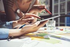 Zbliżenie fotografii dziewczyny macania ekranu Cyfrowego pastylki ręka Projektów producenci Bada proces Młody Biznesowy załoga dz Obrazy Royalty Free