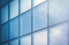 Zbliżenie fotografii okno nowożytna drapacz chmur dzielnica biznesu w dnia świetle Błękitna drapacz chmur fasada, budynki biurowi Zdjęcia Royalty Free