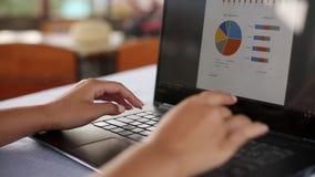 Zbliżenie freelancer kobieta wręcza typping na klawiaturze laptop w tropikalnej lato lokaci, działaniu daleko wewnątrz i zbiory wideo