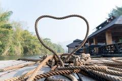 Zbliżenie gęsty linowy krawat kierowy kształt na drewnianej tarasowej pobliskiej rzece zdjęcie royalty free