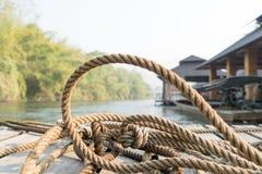 Zbliżenie gęsty linowy krawat na drewnianej tarasowej pobliskiej rzece obrazy stock