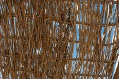 Zbliżenie galonowa ściana na błękicie Zamyka up rattan na niebieskim niebie Zbliżenie tkactwa rattan Tapeta winogradu tkactwa ści zdjęcie stock