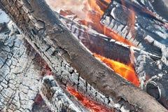 Zbliżenie gorący płonący drewno obrazy royalty free
