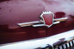 Zbliżenie Gorky samochodu rośliny logo na roczniku GAZ-M-21 Volga Zdjęcia Royalty Free