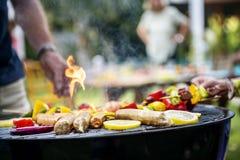 Zbliżenie gotować domowej roboty grilla na węglach drzewnych piec na grillu Fotografia Stock