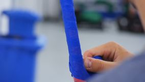 Zbliżenie gracz meandruje błękitnej taśmy hokejowy kij dla dopasowania zbiory wideo