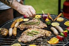 Zbliżenie grillów stki na węglach drzewnych piec na grillu Obrazy Royalty Free