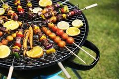 Zbliżenie grillów stki na węglach drzewnych piec na grillu Obrazy Stock