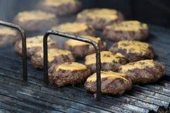 Zbliżenie hamburger wołowina na grilla tle przy otwartym jedzenie rynkiem w Ljubljana, Slovenia Fotografia Stock