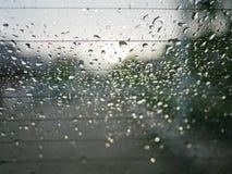 Zbliżenie i selekcyjna ostrość deszcz na samochodowym ` s tylni okno w wieczór fotografia stock
