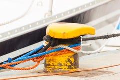 Zbliżenie i szczegół jachting, Kolorowa arkana z starą cumowniczą cumownicą w porcie morskim fotografia stock