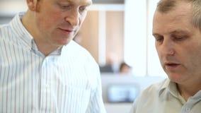 Zbliżenie inżyniery w biurze dyskutować dokumenty zbiory wideo