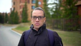 Zbliżenie jest ubranym eyeglasses uśmiechnięty młody człowiek Portret szczęśliwy facet patrzeje kamerę z eyeglasses zamyka up a zbiory wideo