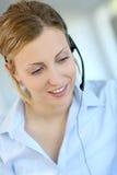 Zbliżenie jest ubranym słuchawki obsługi klienta kobieta obrazy royalty free