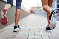 Zbliżenie joggers ` cieki zdjęcia royalty free