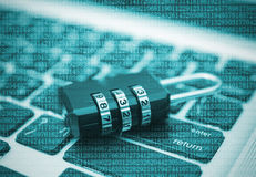 Zbliżenie kłódka na komputerowej klawiaturze dla pojęcie technologii dane Obraz Royalty Free