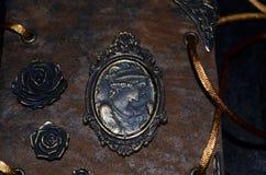 Zbliżenie kamea i róże na przyglądającym handmade notatniku Zdjęcia Stock