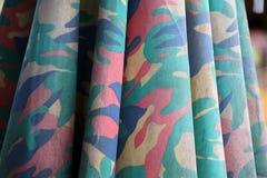 Zbliżenie kamuflażu tkaniny wzór jak wojskowy ale kolorowy kolor, obrazy stock