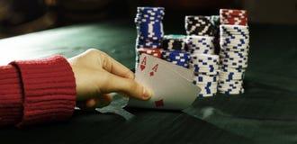 zbliżenie Kasyn karta do gry w gracza ` s ręce i układy scaleni Obrazy Stock