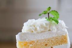 Zbliżenie kawałek kokosowy tort na drewnianym stole Selekcyjna ostrość Obrazy Stock