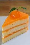 Zbliżenie kawałek pomarańcze tort na drewnianym stole Selekcyjna ostrość Obraz Stock