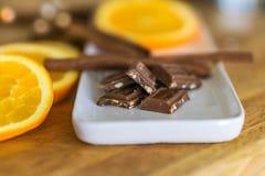 Zbliżenie kawałki, dojna czekolada z zdruzgotanym, piec migdału zdjęcia royalty free