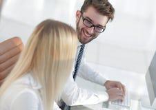 Zbliżenie kierownik pisać na maszynie na komputerowej klawiaturze zdjęcie stock