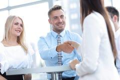 zbliżenie Kierownik trząść rękę kobieta klient zdjęcia royalty free
