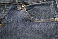 Zbliżenie kieszeń na błękitnym drelichowym guziku i cajgu zdjęcie stock