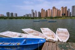 Zbliżenie kilka łodzie na jeziorze zdjęcia royalty free