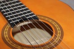 Zbliżenie klasyczni gitara akustyczna sznurki i gryźć deskę zdjęcia stock