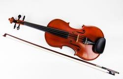 Zbliżenie klasyczny skrzypce stawiający obok drewnianego łęku na białym tle obrazy royalty free