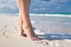 Zbliżenie kobiet nogi na dennym brzeg fotografia royalty free