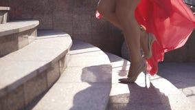 Zbliżenie kobiet nogi w szpilkach dziewczyna wspina się schodki zbiory