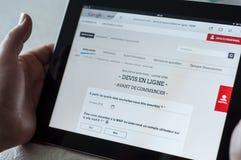 Zbliżenie kobiet ręki na MAIF francuskiej asekuracyjnej stronie domowej dla online wycena strona internetowa na pastylce Fotografia Stock