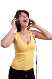 Zbliżenie kobieta słucha muzyka na hełmofonach cieszy się tana na białym tle Zdjęcia Royalty Free
