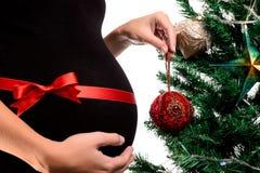 Zbliżenie kobieta w ciąży z czerwonym atłasowym faborkiem Obraz Stock