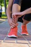 Zbliżenie kobieta wiąże obuwiane koronki Uliczny biegacz dostaje przygotowywający dla trenować zdjęcia royalty free