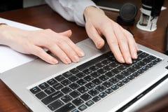 Zbliżenie kobieta wręcza ruchliwie pisać na maszynie na laptopie kosmos kopii zdjęcia royalty free