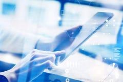 Zbliżenie kobieta wręcza trzymać nowożytną cyfrową pastylkę Pojęć ludzie biznesu używa mobilnych gadżety Ikona dalej i wykresy Fotografia Stock