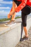 Zbliżenie kobieta wręcza wiązać działających butów koronki Obraz Stock